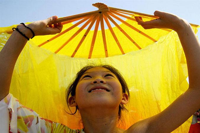 Una ragazza cinese in una danza durante un meeting internazionale per la promozione di una cultura di pace.