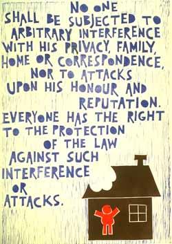Poster con disegno e testo dell'art. 12 della Dichiarazione universale dei diritti umani.