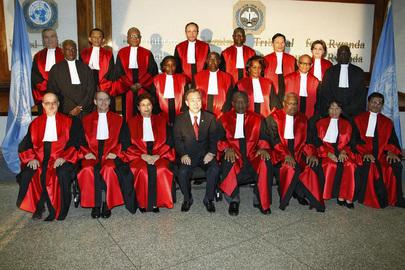 Il Segretario Generale delle Nazioni Unite posa per una foto di gruppo con i giudici del Tribunale Penale Internazionale per il Ruanda