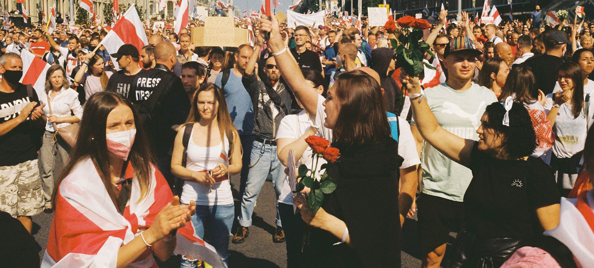 Manifestanti alla Marcia per la pace e l'indipendenza a Minsk, Bielorussia.
