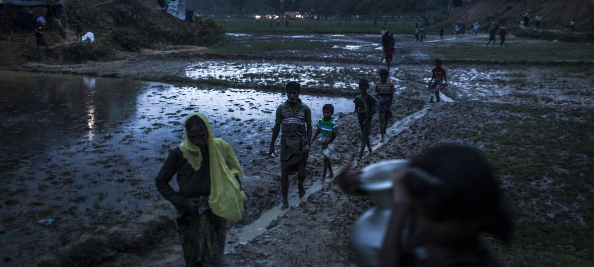 I rifugiati rohingya attraversano a piedi l'insediamento di Balukhali nel distretto di Cox Bazar in Bangladesh.