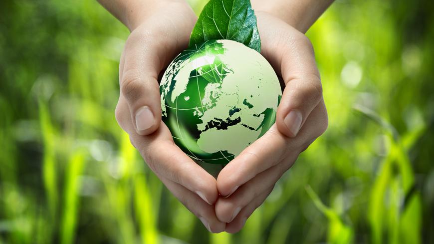 L'immagine rappresenta delle mani che tengono un piccolo mondo verde, come a simboleggiare l'importanza di proteggere l'ambiente.