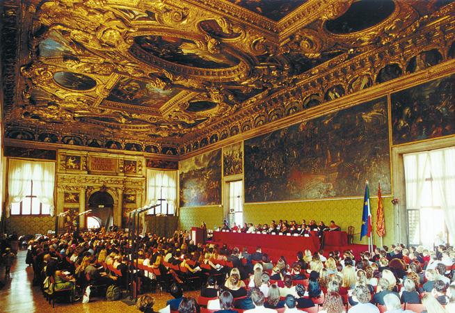 Gli studenti e il corpo docente partecipano alla cerimonia di inaugurazione dell'anno accademico 2002-2003 del Master Europeo in diritti umani e democratizzazione, Venezia, 2002