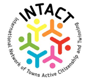 Logo di forma circolare con al centro il disegno di sei persone stilizzate in colori diversi, racchiuse dal nome del progetto che forma una circonferenza