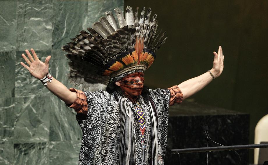 Nilson Tuwe Huni Kuĩ, un leader indigeno dell'Amazzonia Occidentale in Brasile, pronuncia un'invocazione nella Hall dell'Assemblea Generale ONU durante un evento speciale organizzato per la Settimana Mondiale dell'Armonia Interreligiosa (1-7 febbraio) 2017.