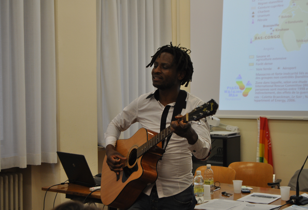 """John Mpaliza canta """"Hakuna Matata"""" al termine dell'incontro """"Cellulari insanguinati"""", 16 aprile 2015."""