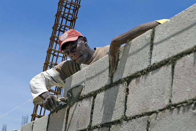 Un lavoratore migrante al lavoro in un cantiere edile