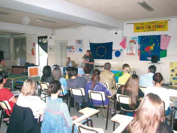 Foto dei partecipanti ad un incontro con il Prof. Marco Mascia, V. Direttore del Centro Diritti Umani, nell'ambito del Progetto Europa-Ludens per la creazione di una rete di scuole attive nella promozione di Laboratori permanenti per l'educazione alla cittadinanza europea, Padova, 2006