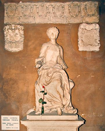Statua di Elena Lucrezia Cornaro Piscopia prima donna laureata al mondo, Università di Padova, 25 Giugno 1678. La statua è presente presso il Palazzo del Bo, Padova.