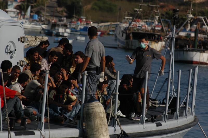 Migranti su una nave che arrivano a Lampedusa
