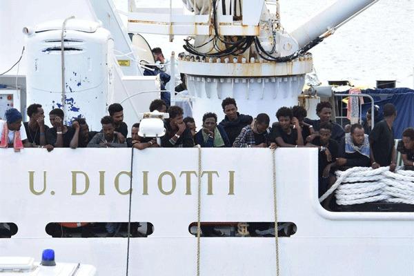 Migranti a bordo della nave della Guardia Costiera italiana Ubaldo Diciotti
