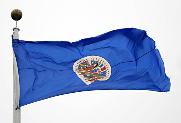 La Bandiera dell'Organizzazione degli Stati Americani fotografata presso la sede dell'Organizzazione