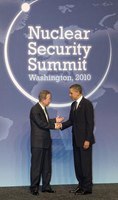 Barack Obama e Ban Ki Moon si stringono la mano al Vertice sulla sicurezza nucleare, tenutosi al Washington il 12 e 12 aprile 2010