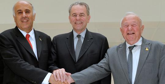 Stretta di mano tra il Presidente del Comitato olimpico internazionale ed i rappresentanti dei comitati nazionali olimpici di Israele e Palestina, gennaio 2011