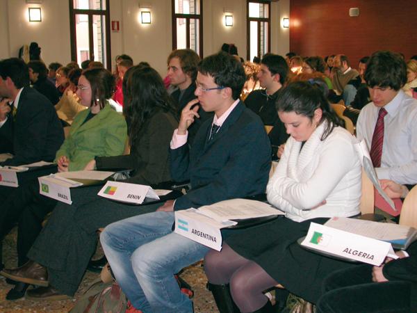 Simulazione di una sessione di lavoro del Consiglio di Sicurezza delle Nazioni Unite. Foto degli studenti della 'Cellula di Monitoraggio' nell'ambito del Corso di Relazioni Internazionali. Università di Padova, Aula Magna Cesarotti, 13 dicembre 2005.