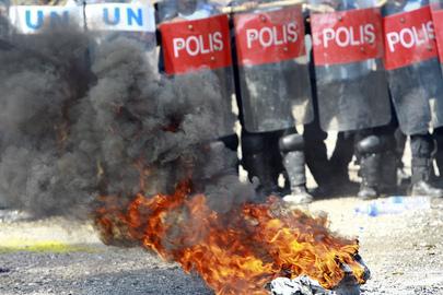 Membri delle unità di polizia malesiane e pakistane della missione delle Nazioni Unite a Timor Est (UNMIT) durante un'esercitazione.