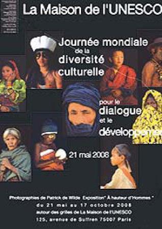 Poster raffigurante persone appartenenti a diverse nazionalità e culture. UNESCO, P. de Wilde, Poster della Giornata mondiale della diversità culturale per il dialogo e lo sviluppo