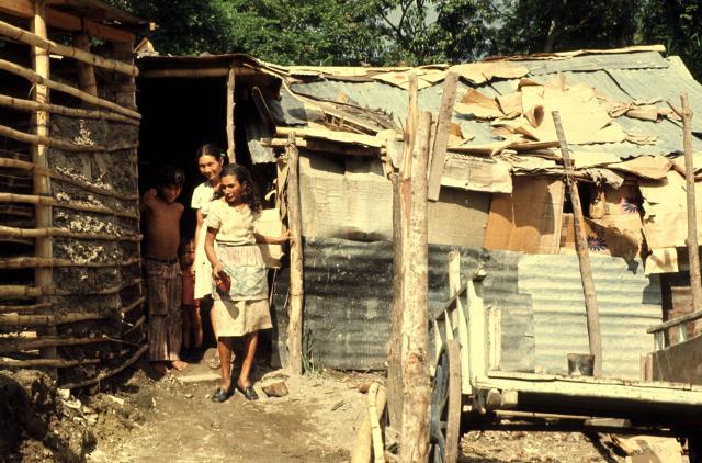 Persone che vivono all'interno di baracche in una favela di San Salvador, Brasile