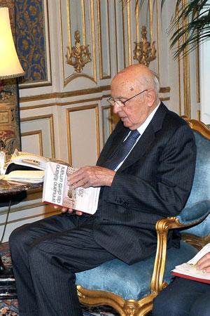 Il Presidente Giorgio Napolitano osserva la prima edizione dell'Annuario Italiano dei Diritti Umani, Palazzo del Quirinale, Roma, 30 novembre 2011
