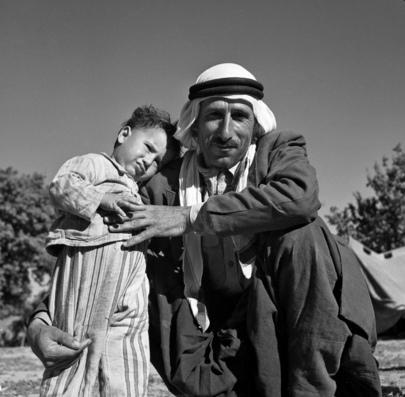 Un uomo palestinese con suo figlio in un campo di Damasco, 1948