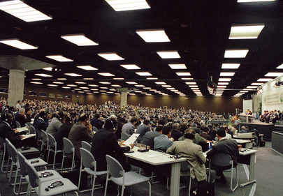 Sessione plenaria dei delegati durante i lavori della Conferenza delle Nazioni Unite sull'ambiente e lo sviluppo, Rio de Janeiro, 1992.