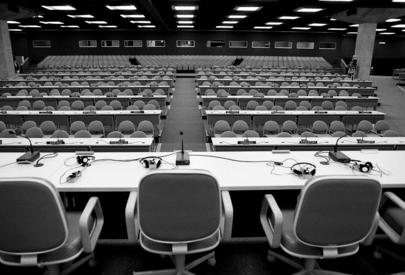 Foto in bianco e nero che ritrae la sala vuota dove si sono svolti i lavori in pleanaria della Conferenza delle Nazioni Unite sull'ambiente e lo sviluppo, Rio de Janeiro, 1992.