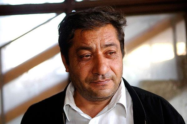 """Foto di un uomo di etnia Rom. Campagna del Consiglio d'Europa """"Dosta!"""""""