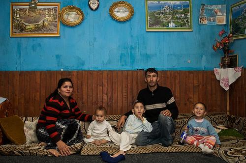 Una famiglia di etina rom all'interno della propria abitazione.