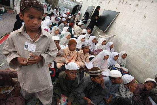 Studenti di un Centro per l'istruzione gratuita in Pakistan, istituito con la finalità di promuovere l'educazione dei bambini poveri della zona.