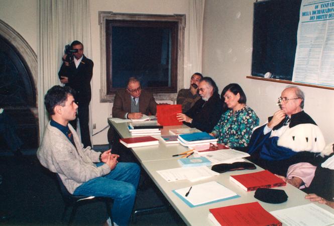 Scuola di Specializzazione in Istituzioni e tecniche di tutela dei diritti umani: esame finale di diploma dei primi quattro Specialisti. Nella foto, Gianfranco Tusset discute la propria tesi davanti alla commissione esaminatrice.