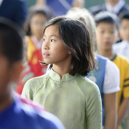Un primo piano di una giovane studentessa ad Hanoi, Vietnam