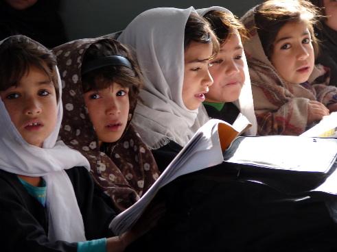 Gruppo di ragazze studentesse afghane con hijab mentre leggono
