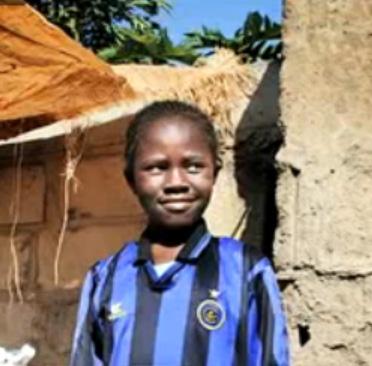 """Bambina sudafricana con la maglia di una squadra di calcio italiana per la Campagna """"Mondiali Sudafrica 2010: tutti in campo contro il traffico di bambini"""""""