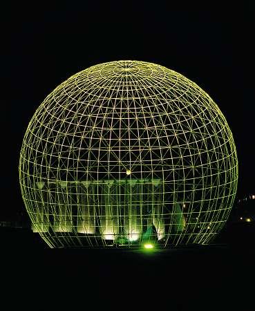 Immagine notturna del Symbolic Globe, costruito da Erik Reitzel in occasione del World Summit for Social Development e poi donato all'UNESCO.