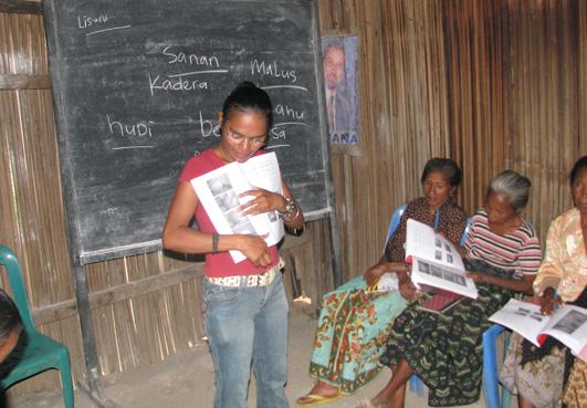 insegnante giovane e studentesse anziane in una scuola femminile in Asia