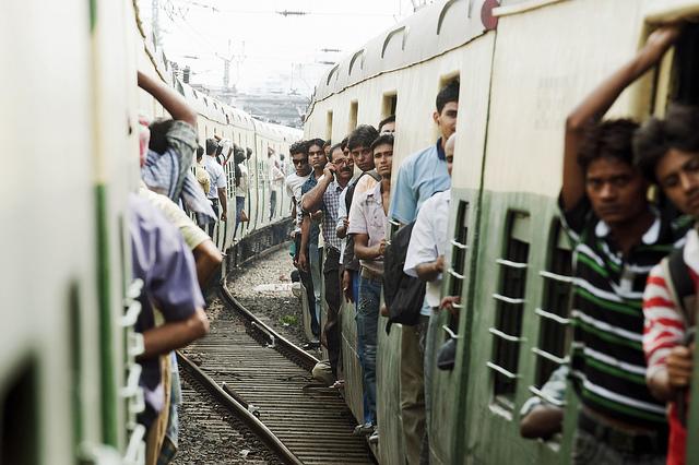 Vista di passeggeri a bordo di treni che collegano le periferie di Kolkata, India, 2010