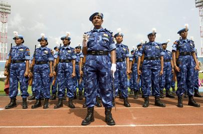 Un gruppo di ufficiali donne, in mimetica azzurra, appartenenti al contingente indiano della Missione delle Nazioni Unite in Liberia (UNMIL), durante una parata.