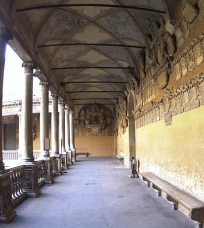 Università di Padova, Palazzo del Bo, Cortile antico: vista del loggiato superiore, con le pareti decorate da stemmi dipinti o scolpiti, emblemi lasciati all'Università dagli studenti o dai docenti nel periodo tra il 1592 e il 1688.