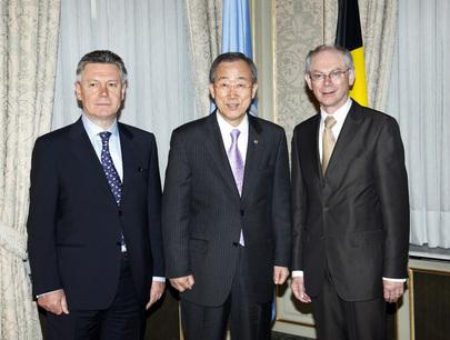 Foto istituzionale del Segretario Generale delle Nazioni Unite Ban Ki Moon con l'ex Primo Ministro del Belgio Achille Van Rompuy (ora Oresidente del Consiglio Europeo) e il Ministro degli Esteri del Belgio Karel de Gucht.