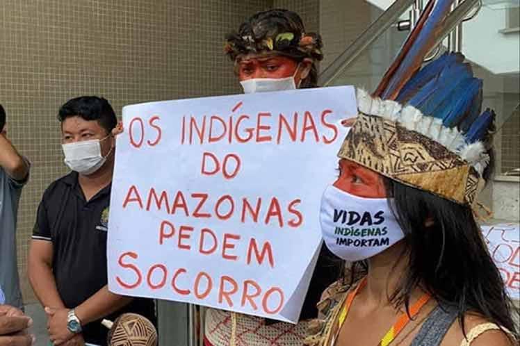 Indígenas foram à porta do hospital de referência de Manaus para protestar