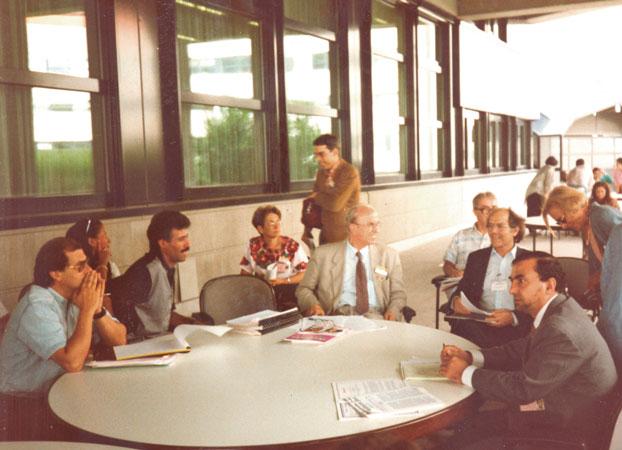 Foto di partecipanti ad un workshop organizzato dal Centro Diritti Umani in occasione della  Conferenza mondiale delle Nazioni Unite sui diritti umani, tra i quali Adolfo Pérez Esquivel, Premio Nobel per la pace, Vienna, 1993.