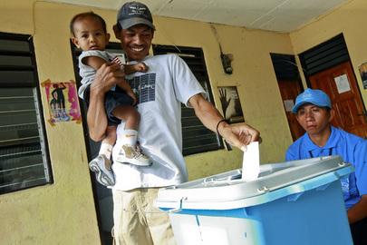 Un cittadino di Timor Est con un bambino in braccio durante l'elezioni del Consiglio Nazionale, 9 ottobre 2009.