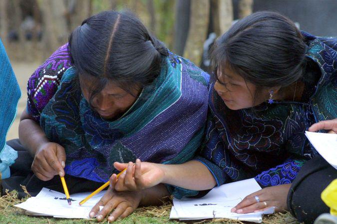 Donne del Chiapas (Messico) che imparano a scrivere grazie al programma della ONG Alternativa Solidaria (Alsol), che si batte contro l'analfabetismo in collaborazione con l'UNESCO.