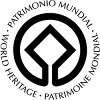 """Immagine del logo """"Patrimonio Mondiale dell'Umanità UNESCO"""" con la scritta """"Patrimonio mondiale"""" in tre lingue"""