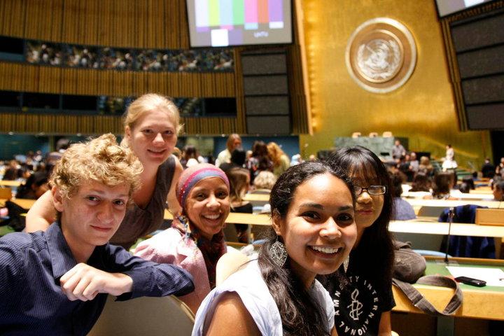 Primo piano di alcuni ragazzi nella sala dell'Assemblea Generale delle Nazioni Unite, in occasione del lancio dell'Anno Internazionale della Gioventù, New York, 12 agosto 2010