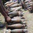 Pile di armi accatastate in un punto di raccolta, nell'ambito del programma di disarmo delle fazioni ribelli in Burundi.