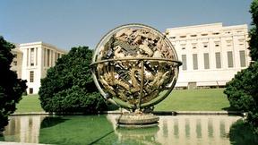 La Sfera Armillare, opera di Paul Manship, sullo sfondo il Palazzo delle Nazioni Unite, Ginevra (Svizzera).