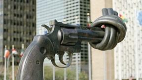 Scultura intitolata Nonviolenza di Karl Fredrik Reutersward, situata all'esterno del palazzo delle Nazioni Unite a New York (USA).