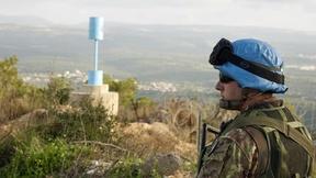 Peacekeeper dell'UNIFIL in tuta mimetica pattuglia la linea di confine tra Libano ed Israele.
