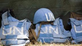 Divise di una missione di Peacekeeping delle Nazioni Unite, con la tradizionale scritta UN in bianco su fondo blu.